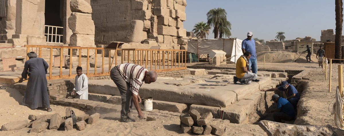Archeological work inside the Middle-Kingdom Courtyard