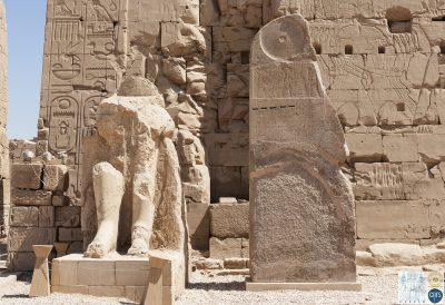 La stèle d'Amenhotep II devant le VIIIe pylône à Karnak
